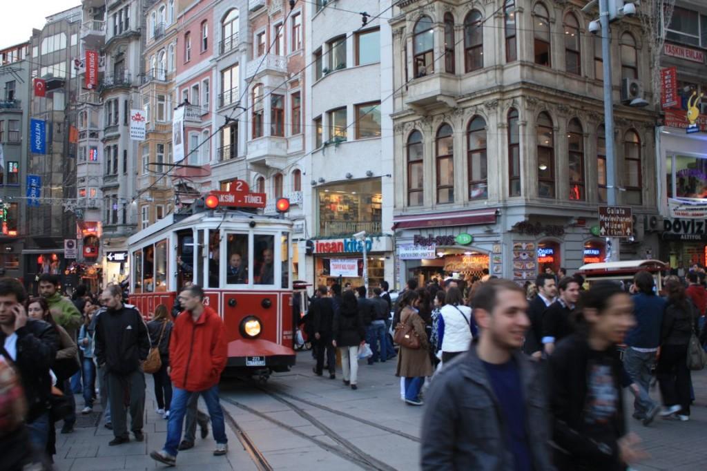 Calle Istiklal, principal arteria del distrito de Beyoğlu. Es famosa por sus tiendas de música y consulados palaciegos. Desemboca en la plaza Taksim, centro neurálgico de protestas y manifestaciones.