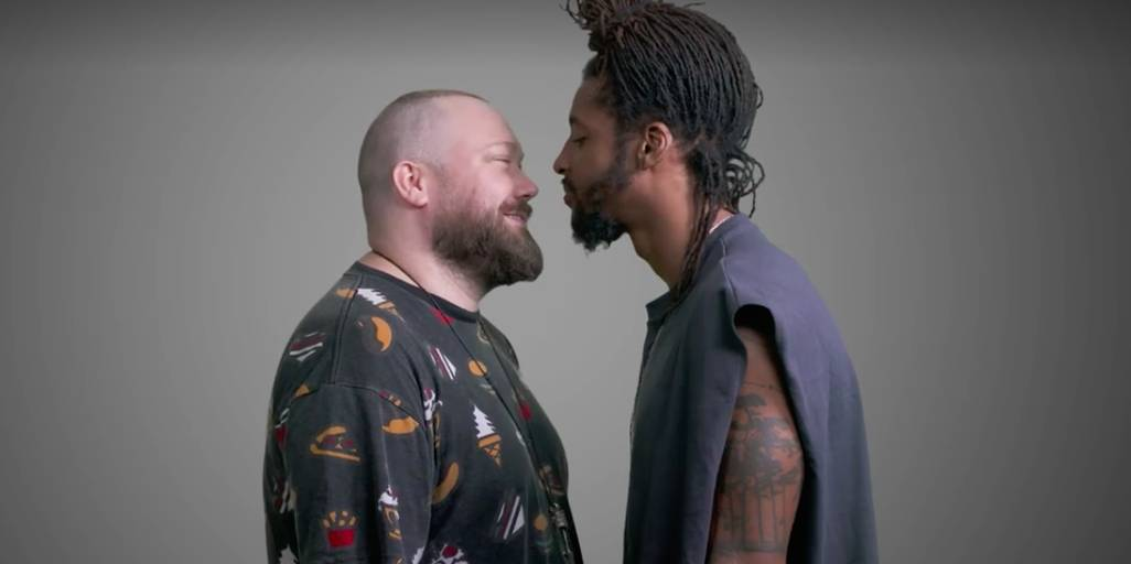 Hombres besando hombres
