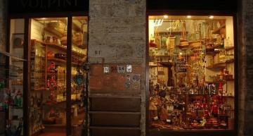Tienda de artesanía de madera en San Gimignano con los típicos Pinocchios
