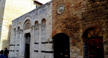 La oscuridad de la iglesia de San Francesco (en blanco) es ideal para la fermentación del vino