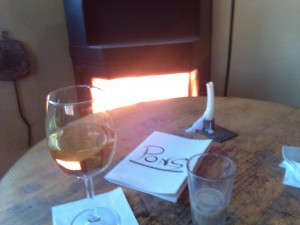 Tanto café como vino sientan genial ante la chimenea caliente de Pons