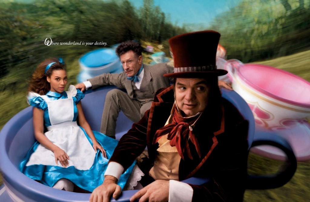 Beyoncé es Alicia en el País de las Maravillas con Oliver Platt como  Sombrerero Loco y Lyle Lovett es La Liebre de Marzo.